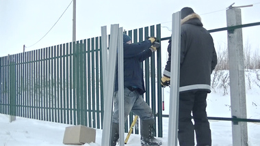 Забор из евроштакетника на ж/б сваях