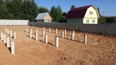 Фундамент на железобетонных сваях - пожалуй, лучший фундамент для частного строительства