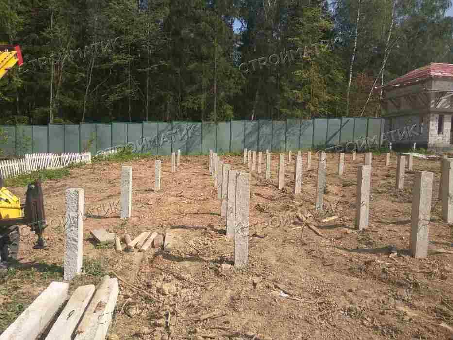 Фундамент на забивных ж/б ваях для каркасного дома на склоне в Одинцовском районе от компании Стройматик
