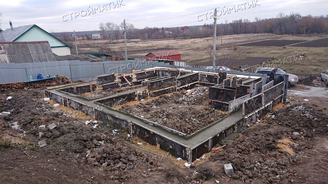 Фундамент на забивных ж/б сваях с бетонным ростверком для двухэтажного дома из газобетона в селе Крутогорье, Липецк от компании Стройматик