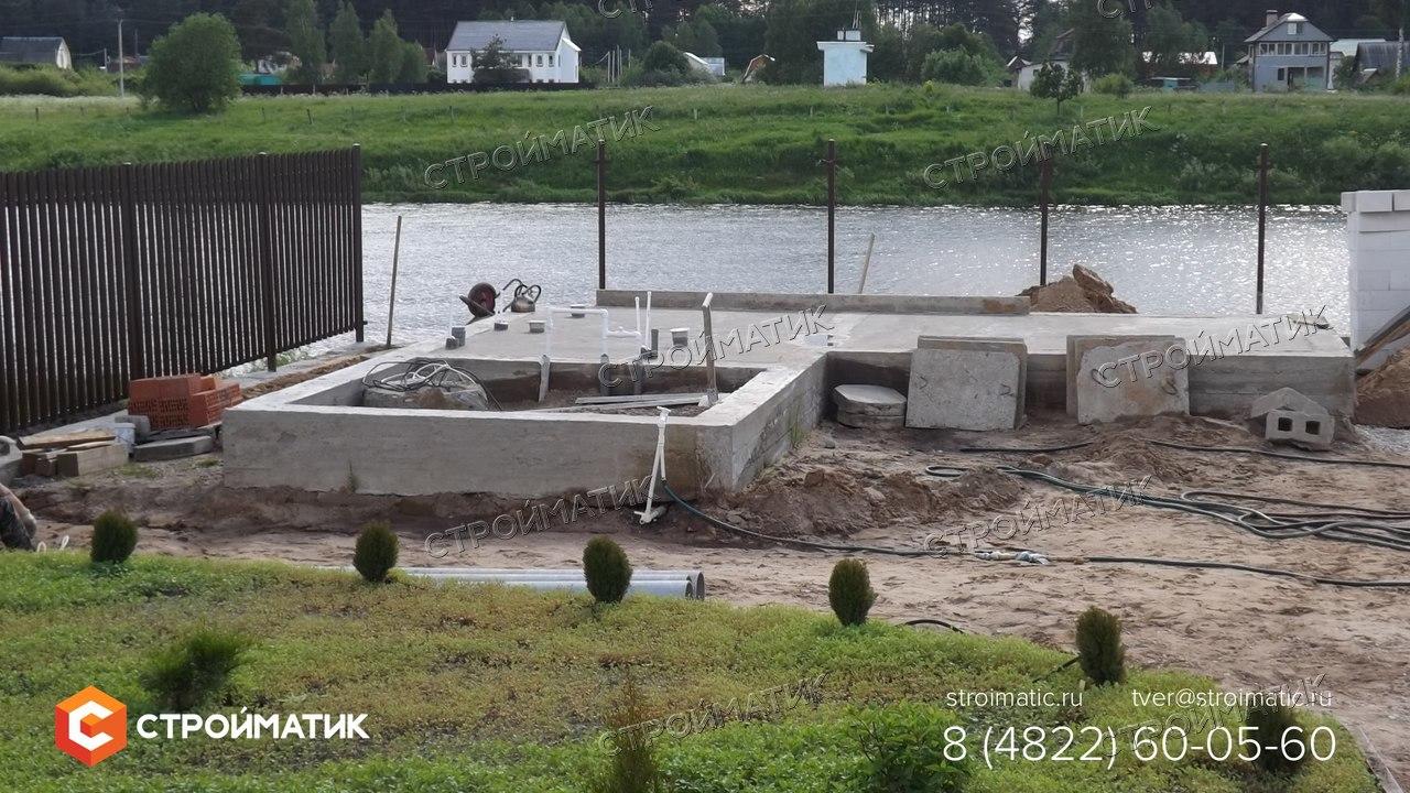 фундамент на забивных ж/б сваях в комбинации с монолитным ростверком для банного комплекса в Тверской области от компании Стройматик